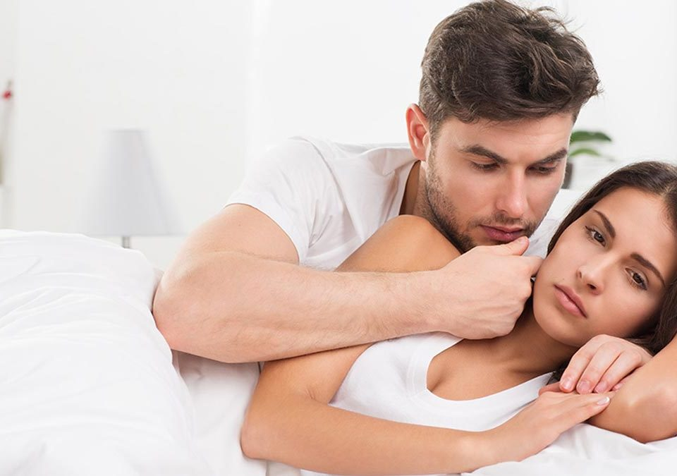 Hombre consolando a mujer con vaginismo