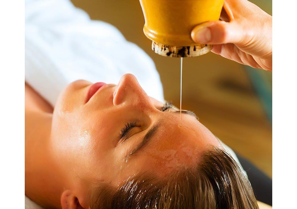 Señora a la que están haciendo un masaje con aceites