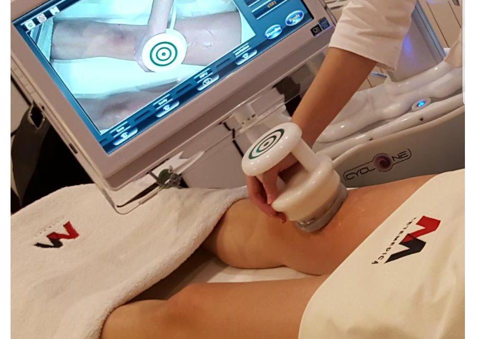 Aplicación de maquina de ultrasonidos sobre una pierna