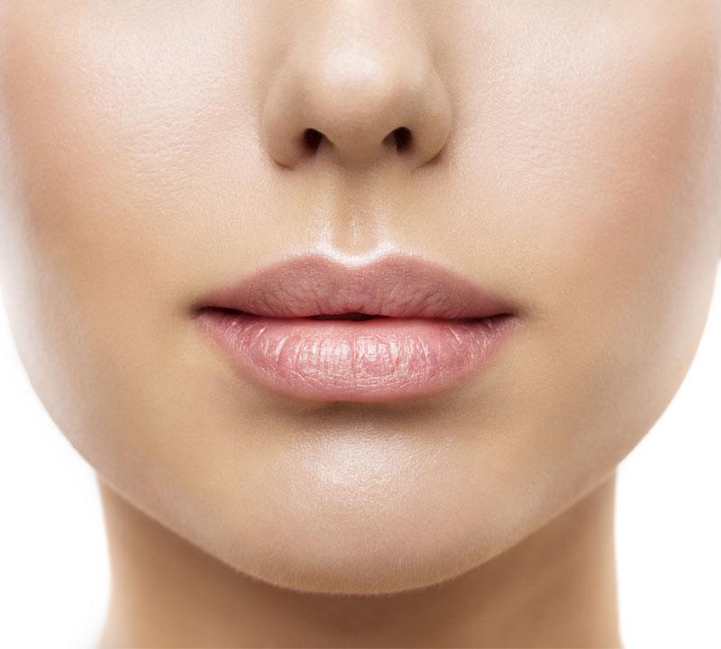 Labios de mujer con ácido hialurónico